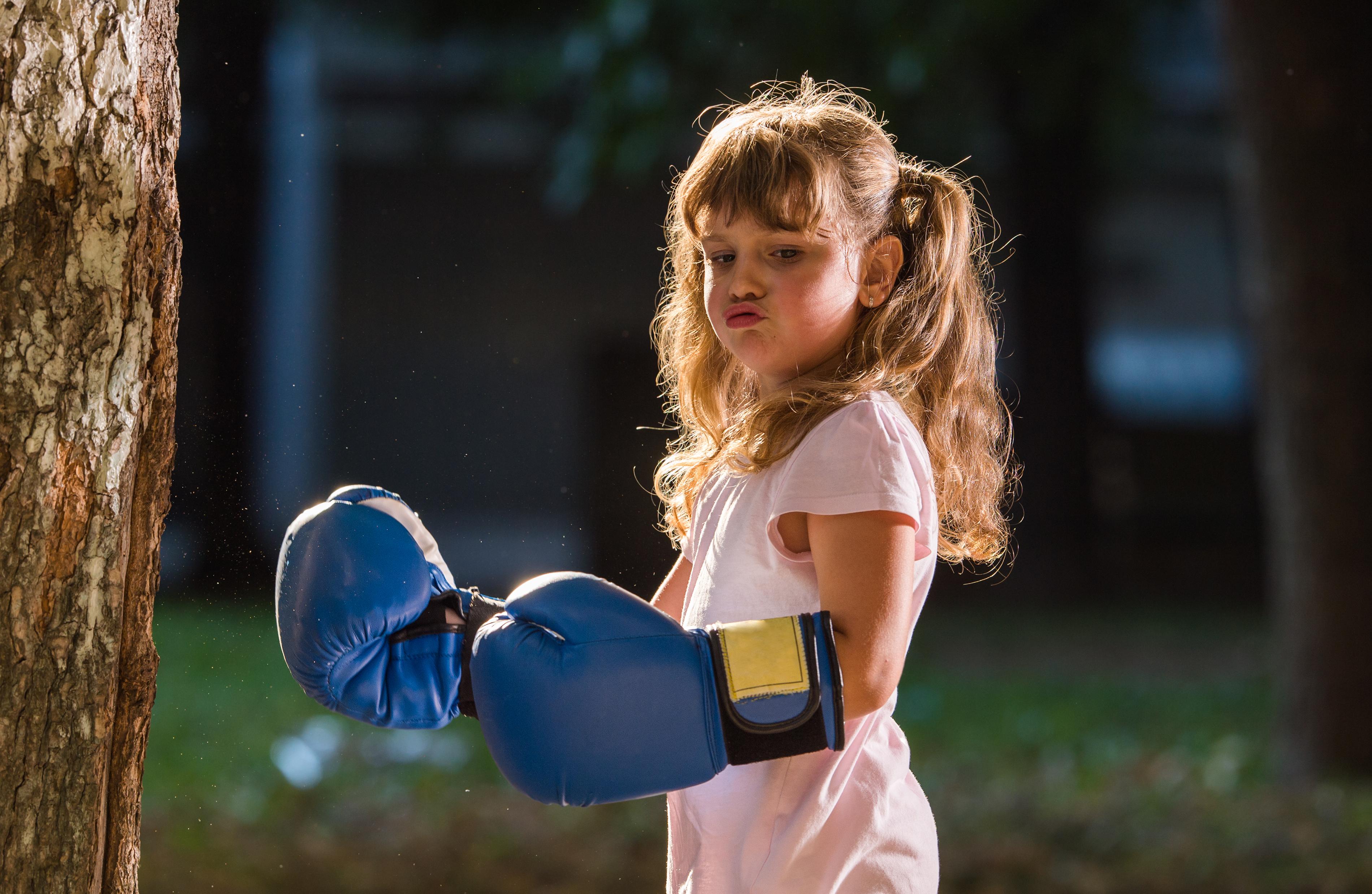 dziewczynka w rękawicach bokserskich